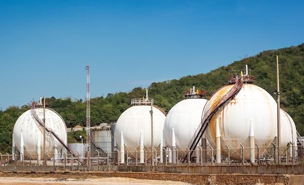 Przemysłowy zbiornik do przechowywania skroplonego gazu ropopochodnego na błękitnym niebie
