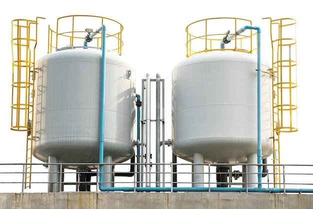Przemysłowy zbiornik magazynowy gazu skroplonego i rurociąg na białym tle ze ścieżką przycinającą