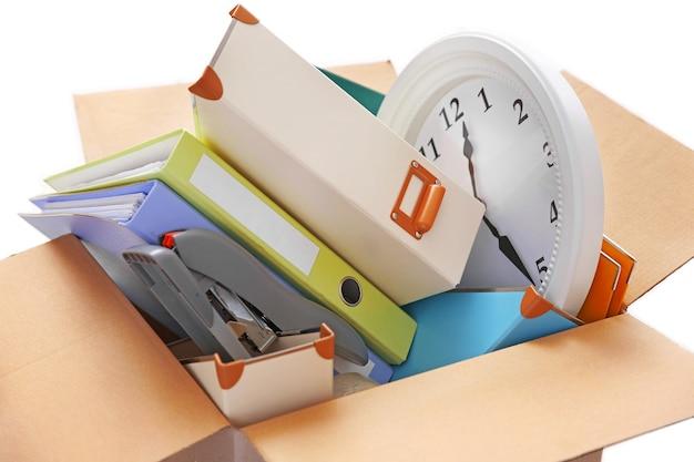 Przenieś koncepcję. rozpakowywanie kartonów w nowym biurze
