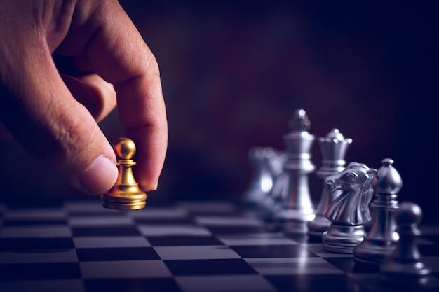 Przenieś rękę z powrotem rangę szachowej gry boad, aby przećwiczyć struganie i stratagy, koncepcja biznesowego myślenia
