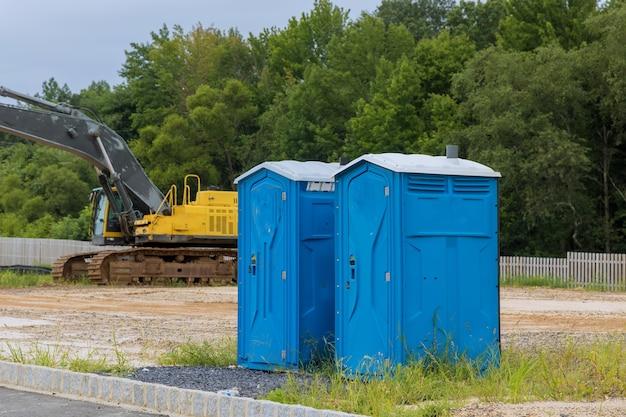 Przenośna toaleta w domu w budowie na placu budowy dla pracownika