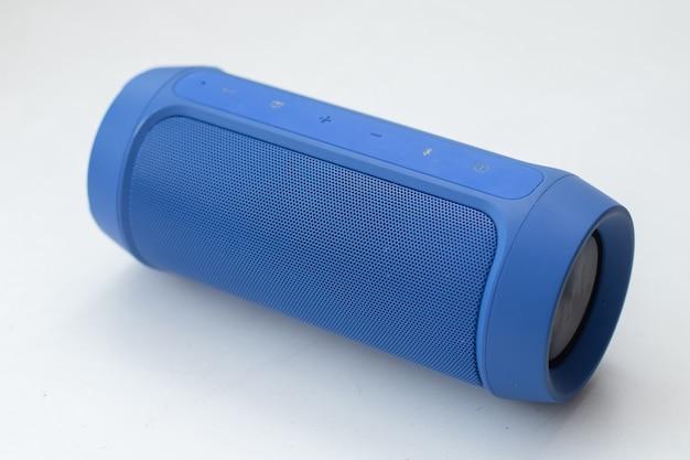 Przenośny bezprzewodowy głośnik bluetooth na białym tle.