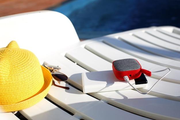 Przenośny głośnik muzyczny z power bankiem i akcesoriami plażowymi