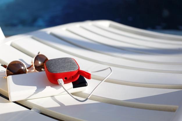 Przenośny głośnik muzyczny z power bankiem i okularami przeciwsłonecznymi