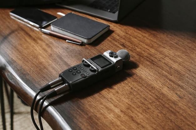 Przenośny rejestrator dźwięku na drewnianym stole