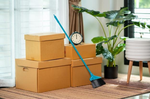 Przenoszenie pudełek w nowym mieszkaniu i kartonie na podłodze, koncepcja move house.