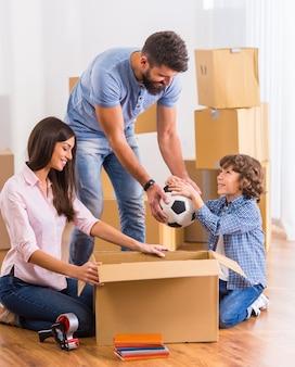 Przenoszenie rodziny do nowego mieszkania z pudełkami.