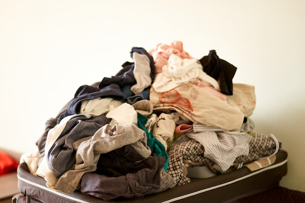 Przepełnione pranie w domu.