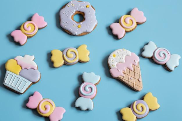 Przepiękne pierniczki na przyjęcie dla dzieci w formie słodyczy i cukierków, płasko leżące.
