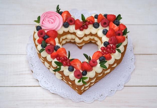 Przepiękny tort w formie serduszka z kremem serowym i jagodami