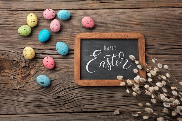 Przepiórki jajka w gnieździe i kwiatach. wielkanocna kartka z pozdrowieniami. widok z góry z miejscem na pozdrowienia