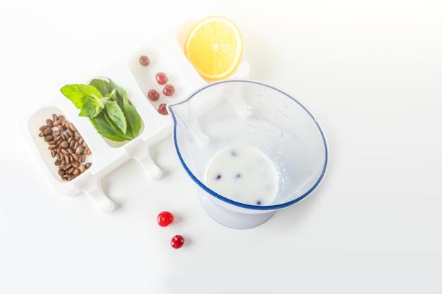 Przepis krok po kroku. gotowanie domowych lodów wielokolorowych