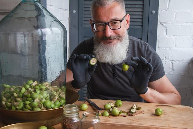 Przepis krok po kroku na przygotowanie domowego włoskiego likieru nocino z zielonych orzechów włoskich, prawdziwej domowej kuchni i gotowania