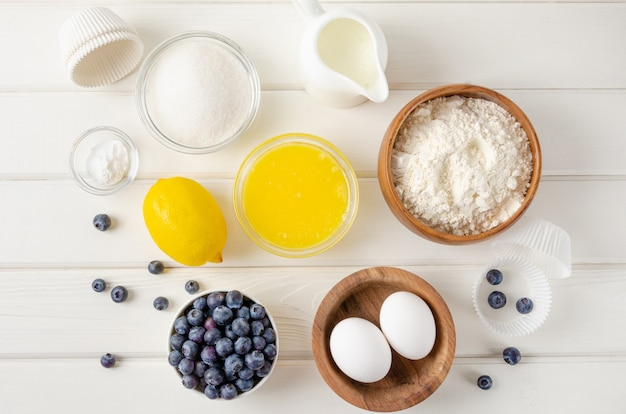 Przepis krok po kroku. składniki do przygotowania muffinek cytrynowych z jagodami i sztreisel na wierzchu