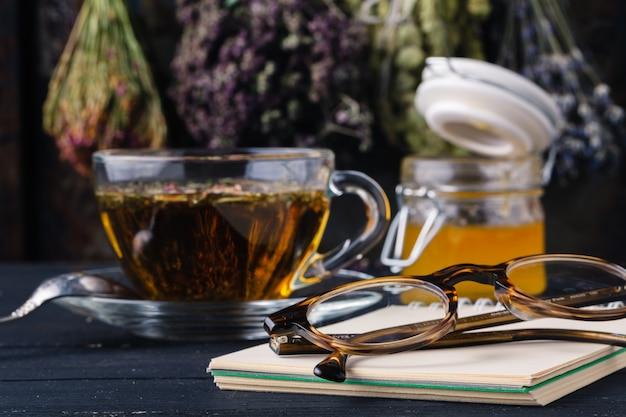 Przepis medycyny alternatywnej z ziołami i gorącą herbatą
