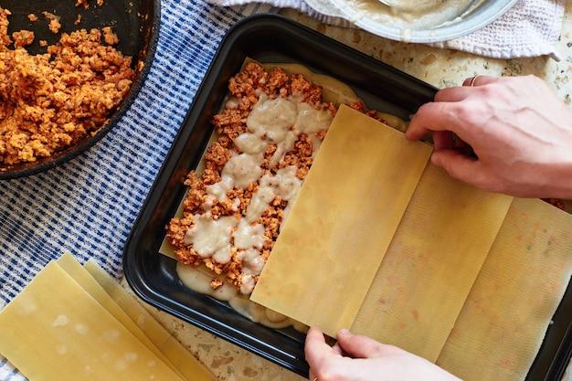 Przepis Na Domową Lasagne Z Sosem Pomidorowym I Mięsem. Etapowy Przepis. Premium Zdjęcia