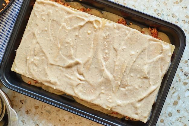 Przepis na domową lasagne z sosem pomidorowym i mięsem. etapowy przepis.