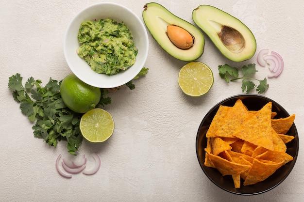 Przepis na meksykański sos guacamole, składniki na białym kuchennym stole