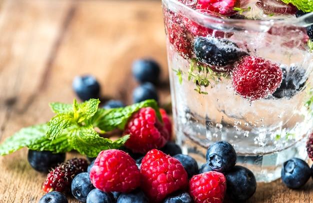 Przepis na mieszankę z jagodami podawany w wodzie