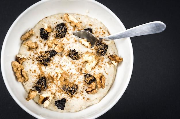 Przepis na płatki owsiane z orzechami, suszonymi śliwkami, cynamonem i cukrem, bardzo zdrowy przepis na śniadanie