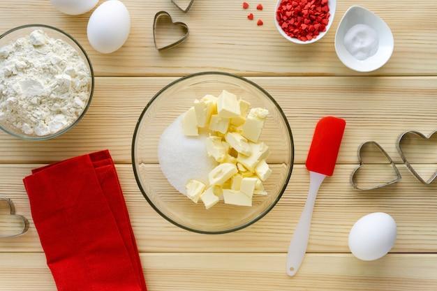 Przepis na robienie ciasteczek na walentynki krok po kroku. cukier i masło w szklanej misce