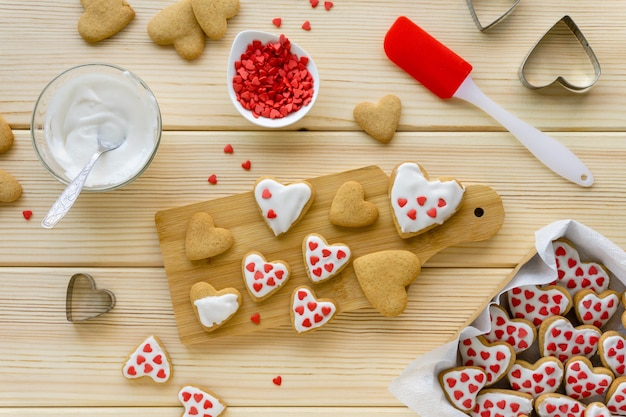 Przepis na robienie ciasteczek na walentynki krok po kroku. dekorowanie ciastek