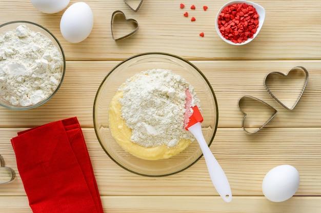 Przepis na robienie ciasteczek na walentynki krok po kroku. w szklanej misce wymieszać z mąką, masłem, cukrem i jajkiem.