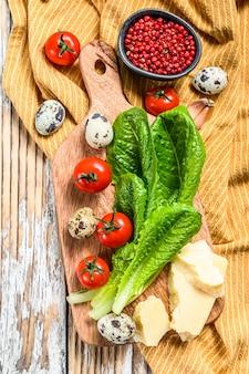 Przepis na sałatkę cezar, sałatę rzymską, pomidory, jajka, parmezan, czosnek, pieprz
