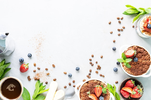 Przepis na włoski deser tiramisu, zawierający wszystkie niezbędne składniki w postaci aminy na tle bieli.