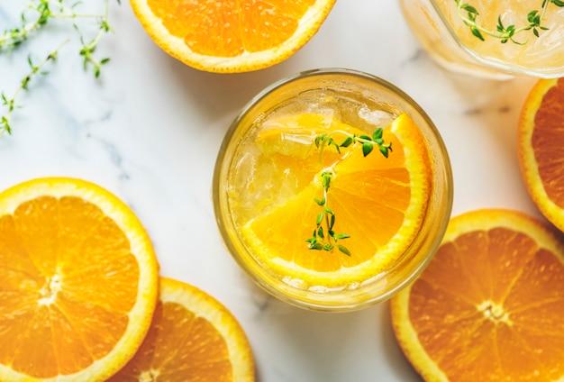 Przepis na wodę w postaci pomarańczy i tymianku