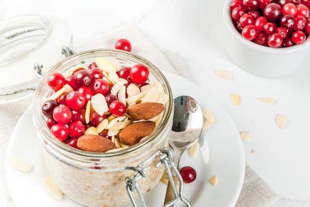 Przepis na zdrowe zimowe śniadanie, pomysły na poranek bożonarodzeniowy. nocne płatki owsiane z migdałami, żurawiną, cukrem. . copyspace