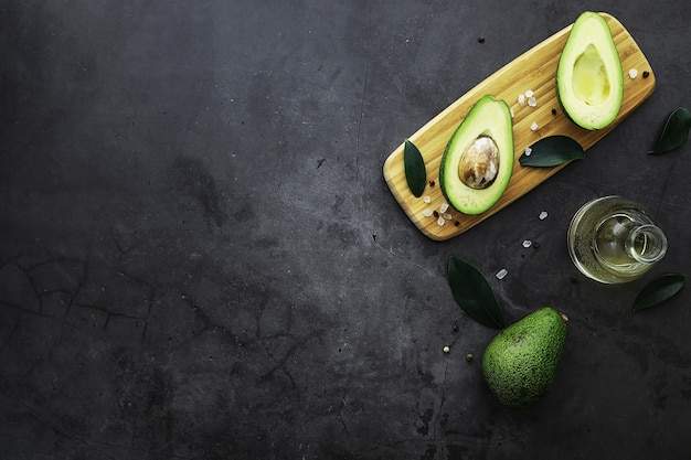 Przepisy kulinarne z awokado. dojrzałe zielone awokado na drewnianej desce do krojenia do serwowania.