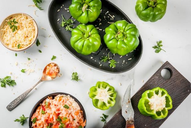 Przepisy na jesień. domowa papryka faszerowana mięsem mielonym, marchewką, pomidorami, ziołami i serem. proces gotowania.