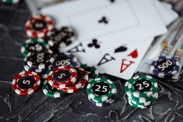 Przepisy prawne dotyczące koncepcji hazardu online. drewniany młotek, banknoty i karty do gry na szarym tle.