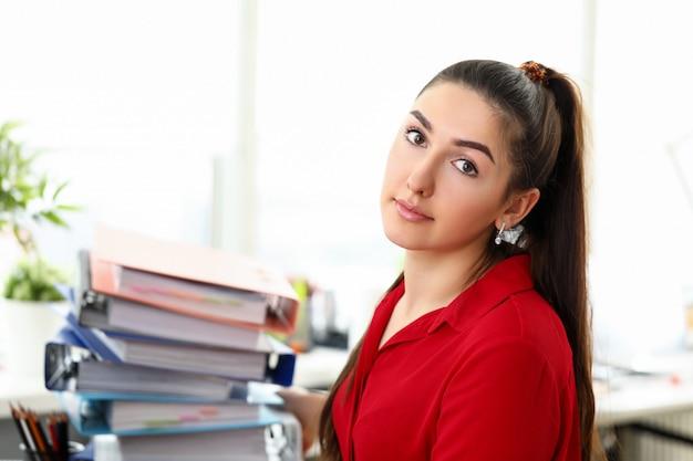 Przepracowana kobieta w miejscu pracy