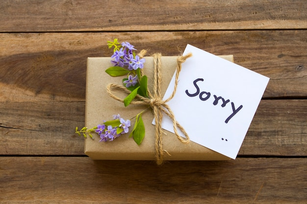 Przepraszam pismo odręczne karty wiadomości z pudełkiem na prezent