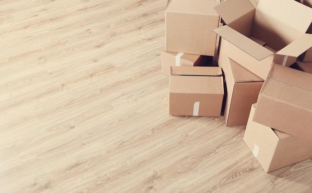 Przeprowadzka do domu z kartonami