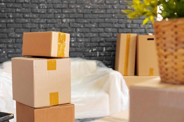Przeprowadzka lub przeprowadzka. stos pudeł i pakowanych mebli