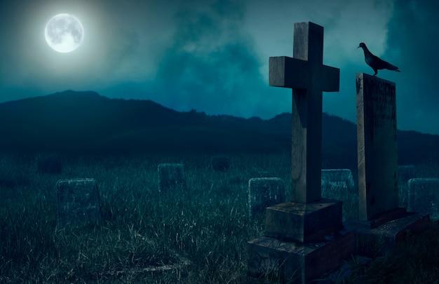Przerażająca atmosfera na cmentarzu z nagrobkiem