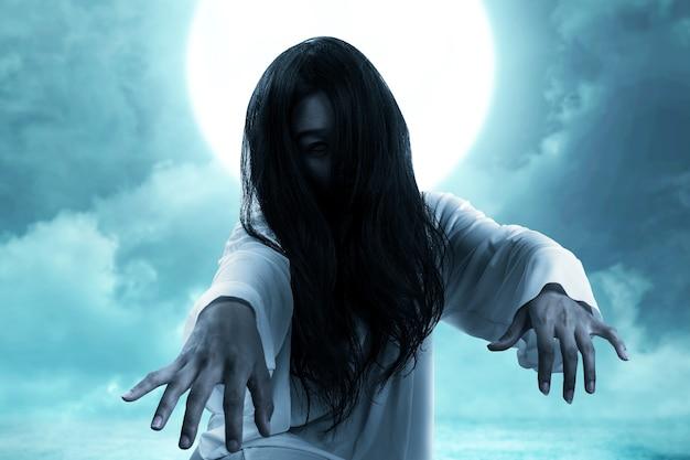 Przerażająca kobieta-duch czołgania się. koncepcja halloween