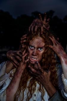 Przerażająca kobieta zombie na zewnątrz