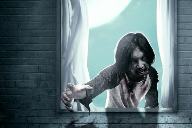 Przerażające zombie z krwią i ranami na ciele nawiedzały opuszczony dom