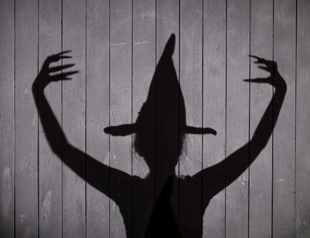 Przerażający cień czarownicy