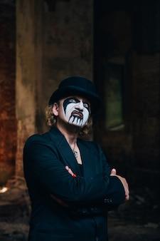 Przerażający człowiek z okropnym makijażem halloween. motyw horroru