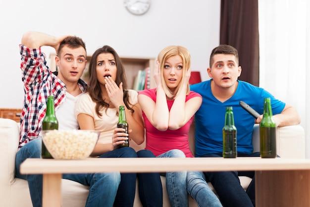 Przerażeni przyjaciele oglądają przerażające ruchy