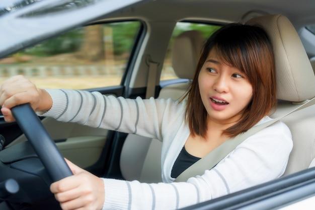 Przerażona kobieta jazdy i po wypadku samochodowym lub awarii coś.