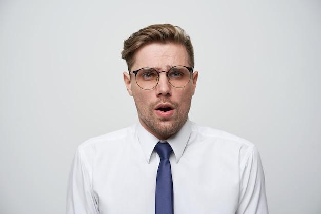 Przerażony mężczyzna ubrał białą koszulę i krawat