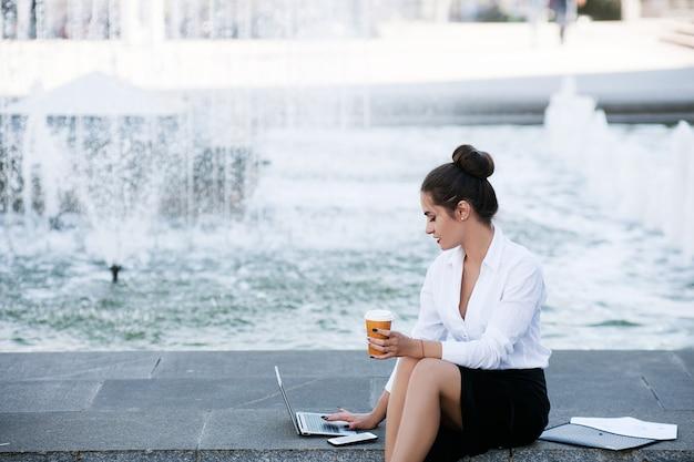Przerwa na kawę biznes kobieta styl życia laptop koncepcja procesu pracy na zewnątrz