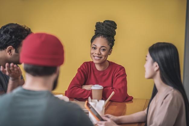 Przerwa na kawę. młodzi koledzy rozmawiają podczas przerwy na kawę