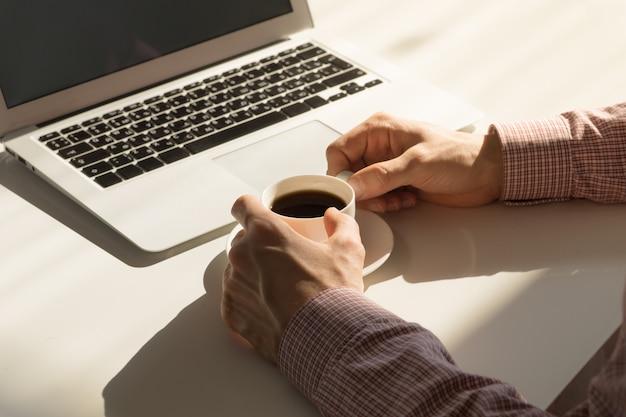 Przerwa na kawę w jasnym biurze